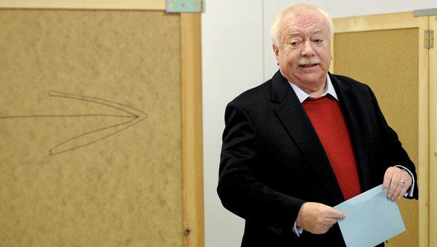 Bürgermeister Häupl bei der Stimmabgabe in Ottakring (Bild: APA/Herbert Neubauer)
