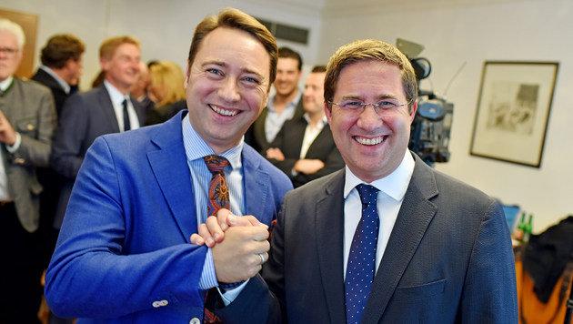 Landesparteichef Manfred Haimbuchner gratulierte Andreas Rabl (re.) zum Wahlsieg. (Bild: Markus Wenzel)