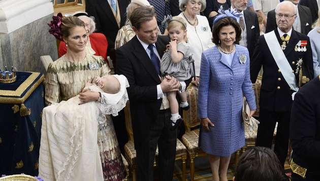 Prinzessin Madeleine mit Nicolas, Chris O'Neill mit Leonore, Königin Silvia und König Carl Gustaf (Bild: Claudio Bresciani/TT)