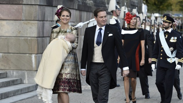 Prinzessin Madeleine mit Chris O'Neill und Söhnchen Nicolas (Bild: APA/AFP/Claudio Bresciani)