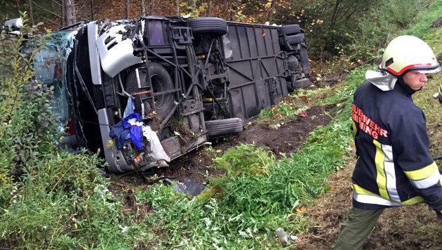Der Bus stürzte über die Böschung und blieb auf der Seite liegen. (Bild: APA/ZEITUNGSFOTO.AT/LIEBL)