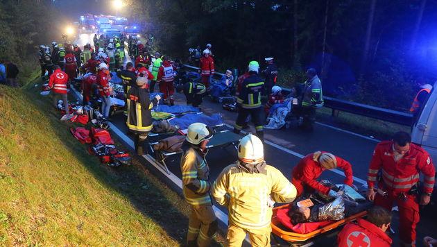 Bus mit Lastwagen kollidiert: 22 Menschen verletzt (Bild: Christof Birbaumer)