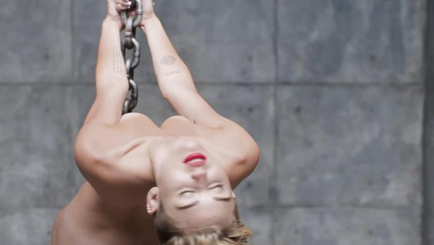 """Miley Cyrus in ihrem Video zu """"Wrecking Ball"""" (Bild: Viennareport)"""