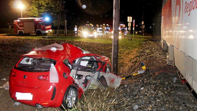 Auto kollidiert mit Zug - Beifahrerin (17) tot (Bild: APA/BFVRA/FRANZ KONRAD)