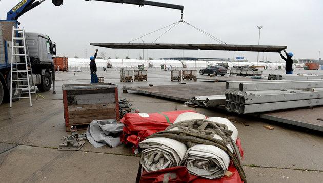 Nickelsdorf: Winterfeste Zelte werden errichtet (Bild: APA/ROLAND SCHLAGER)