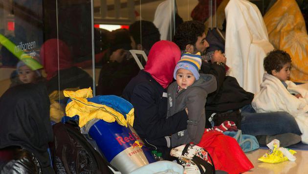 Viele Flüchtlinge, teils mit kleinen Kindern, müssen die Nacht am Bahnhof in Salzburg verbringen. (Bild: APA/MIKE VOGL/NEUMAYR MMV)