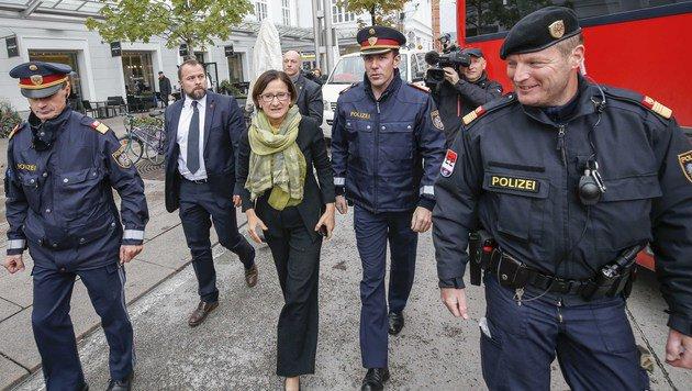 Innenministerin Johanna Mikl-Leitner unterwegs am Bahnhofsareal in Salzburg (Bild: MARKUS TSCHEPP)