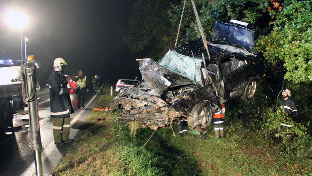 Der Wagen überschlug sich mehrmals und wurde völlig demoliert. (Bild: APA/FEUERWEHR GROSSPETERSDORF)