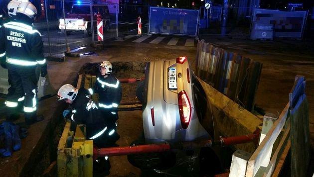 Taxler landet mit Auto in 10 Meter tiefer Baugrube (Bild: MA 68 Lichtbildstelle)
