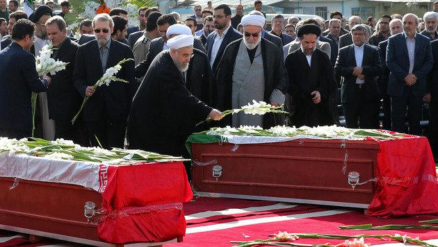 Irans Präsident Hassan Rohani bei einer Trauerfeier für seine getöteten Landsleute (Bild: AP)
