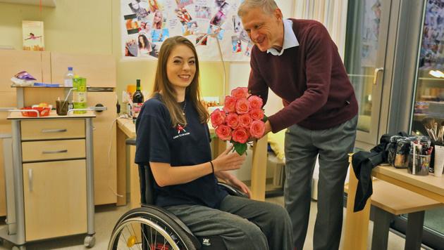"""""""Krone""""-Redakteur Olaf Brockmann besuchte Vanessa Sahinovic im Reha-Zentrum in Bad Häring (Bild: Christof Birbaumer / Kronenzeitung)"""