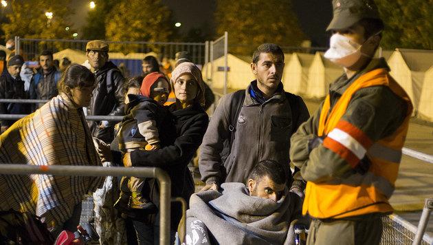 Ankommende Flüchtlinge im Transitlager Spielfeld (Bild: APA/ERWIN SCHERIAU)