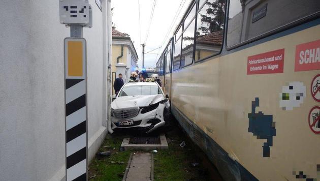 Taxi zwischen Bahn und Mauer eingeklemmt (Bild: MA 68 Lichtbildstelle)