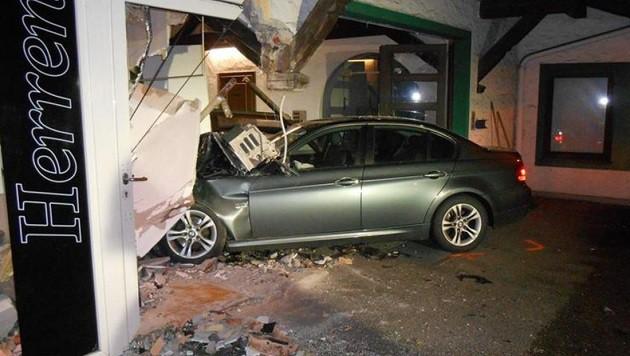 Der Wagen steckte mit der Front mitten im Geschäft fest. (Bild: Feuerwehr Neumarkt)