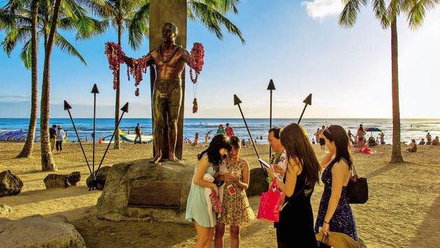 Beliebtes Fotomotiv: Das Denkmal des ersten Surfers Paoa Kahanamoku am Strand von Waikiki. (Bild: Egger)