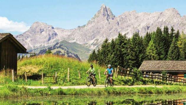 Mit dem E-Bike zu den Gipfeln - wer nicht selber strampelt, kann den Akku bei einer Hütte aufladen. (Bild: Montafon Tourismus)