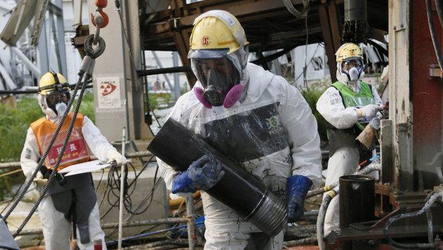 Arbeiter am Areal des havarierten AKW in Fukushima (Bild: APA/EPA/Kimimasa Mayama)