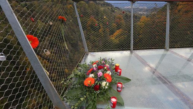 Blumen und Kerzen auf der Aussichtsplattform am Bergisel erinnern an das tragische Ungl�ck. (Bild: Christof Birbaumer)