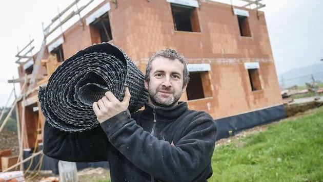 """Salvatore Fontana vor seinem zukünftigem Heim: """"Wir wollten kein Fertighaus mehr."""" (Bild: Markus Tschepp)"""