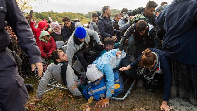 Tausende Fl�chtlinge str�mten nach Spielfeld (Bild: AP)