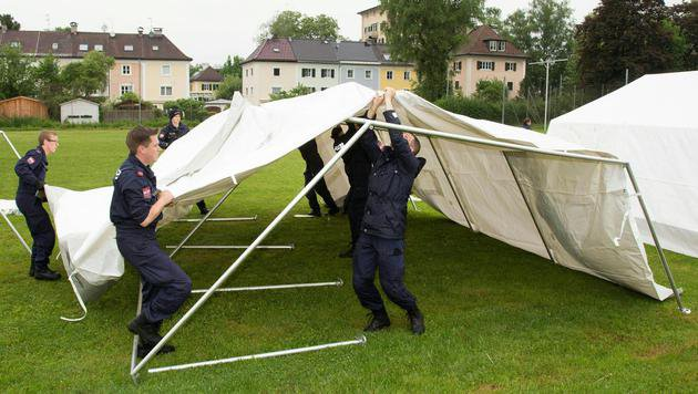 Die Zelte am Gelände der Landespolizeidirektion Salzburg (Bild: APA/Franz Neumayr)