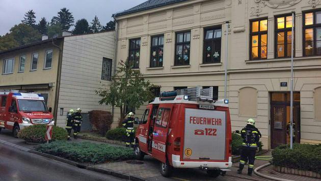 Einsatzkräfte der Feuerwehr vor der Volksschule (Bild: APA/LFKNÖ/RESPERGER)