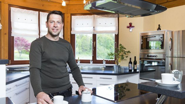 """""""Bauer sucht Frau""""-Kandidat Gerfried in seiner blitzblanken Küche (Bild: ATV/ERNST KAINERSTORFER)"""