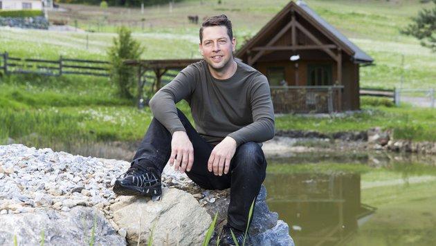 """""""Bauer sucht Frau""""-Kandidat Gerfried bei seinem Teich (Bild: ATV/ERNST KAINERSTORFER)"""