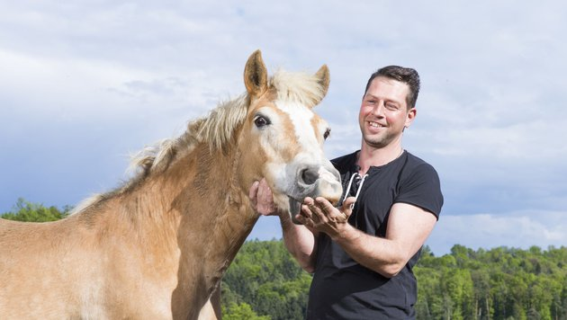 """""""Bauer sucht Frau""""-Kandidat Gerfried mit seinem Pferd (Bild: ATV/ERNST KAINERSTORFER)"""