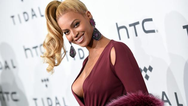 Beyonce zeigte sich mit gewagtem Ausschnitt am roten Teppich. (Bild: Evan Agostini/Invision/AP)