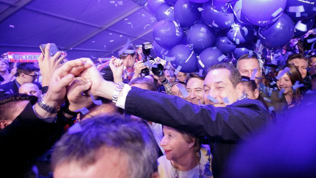 Während im Festzelt der FPÖ gefeiert wurde, kam es zur Attacke auf die Wahlhelferin. (Bild: APA/GEORG HOCHMUTH)