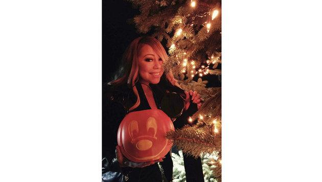 Mariah Carey lächelt verzückt mit Kürbislampion in der Hand. (Bild: Viennareport)