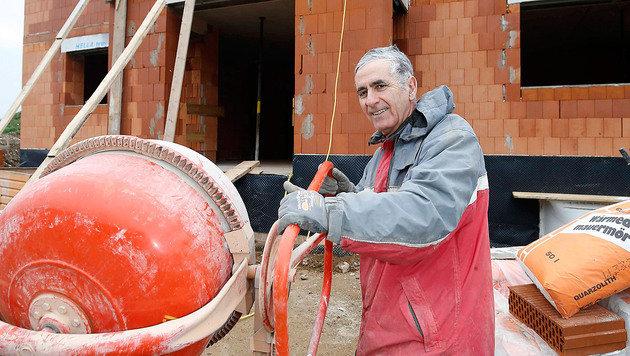 Vater Carlo Fontana packt in jeder freien Minute beim Hausbau fleißig mit an. (Bild: MARKUS TSCHEPP)