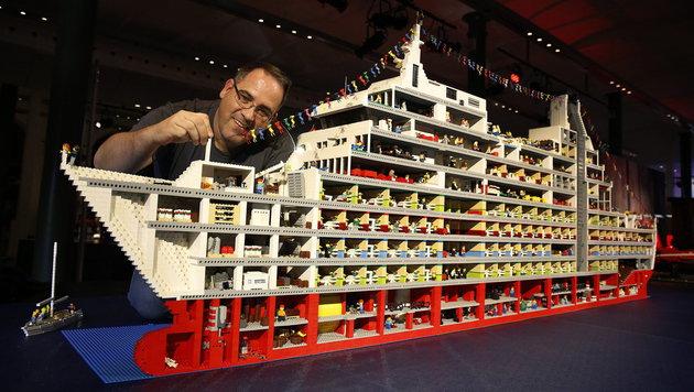 Kein Wunder, dass Lego-Steine knapp werden: dieser Australier verbrauchte Tausende für sein Schiff. (Bild: APA/EPA/DAVID MOIR)