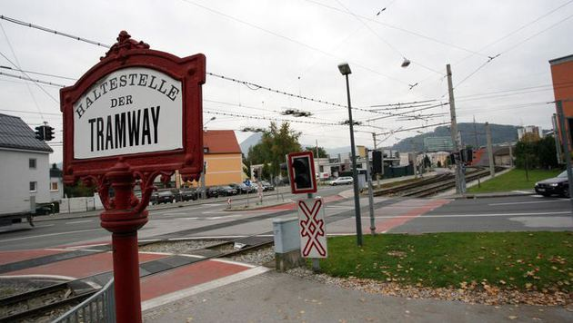 Auf diesem Bahnübergang in Salzburg-Itzling spielten sich dramatische Szenen ab. (Bild: Max Grill)