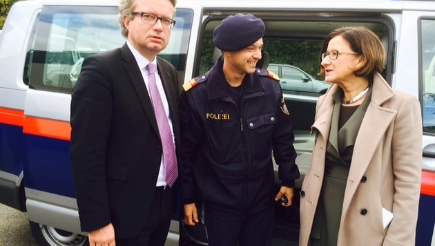 VP-Landesrat Christopher Drexler (li.) und Innenministerin Johanna Mikl-Leitner in Spielfeld (Bild: Christian Schulter)