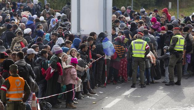 Spielfeld: Erneut Hunderte Flüchtlinge losgestürmt (Bild: APA/Erwin Scheriau)