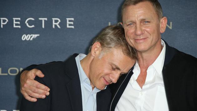 Christoph Waltz mit Daniel Craig auf Kuschelkurs (Bild: Joel Ryan/Invision/AP)