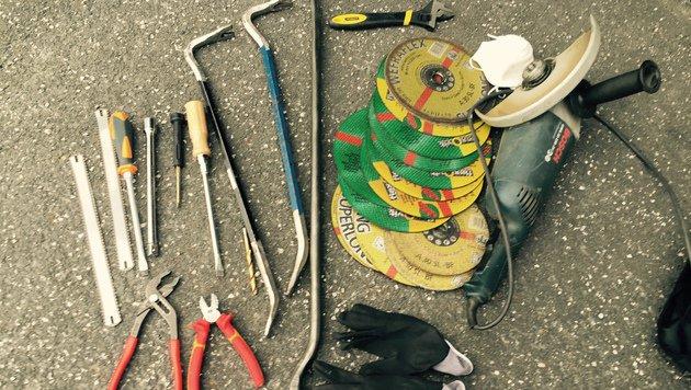 Die vier Einbrecher waren gut gerüstet: Flex, Brecheisen, Zangen sowie Munition wurden gefunden. (Bild: Polizei)
