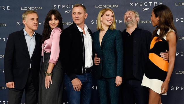 """Die """"Spectre""""-Stars fanden sich vor der Premiere zum  Stelldichein zusammen. (Bild: APA/EPA/FACUNDO ARRIZABALAGA)"""