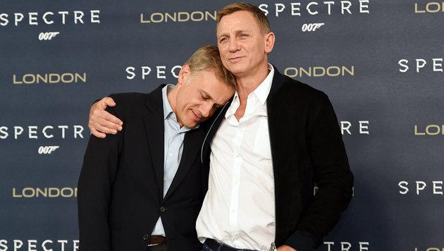 Christoph Waltz auf Kuschelkurs mit Daniel Craig (Bild: APA/EPA/FACUNDO ARRIZABALAGA)