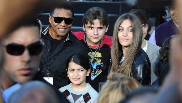 Paris Jackson mit ihren Brüdern Prince Michael und Blanket (Bild: MICHAEL NELSON/EPA/picturedesk.com)