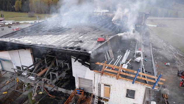 Der Brand zerstörte den Technikbereich und den Neubau. Mit der Sanierung wurde bereits begonnen. (Bild: ZOOM-Tirol)