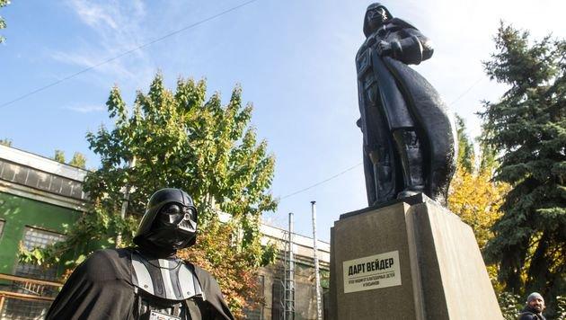 Zur feierlichen Einweihung der Statue kam auch ein kostümierter Darth Vader. (Bild: APA/AFP/VOLODYMYR SHUVAYEV)