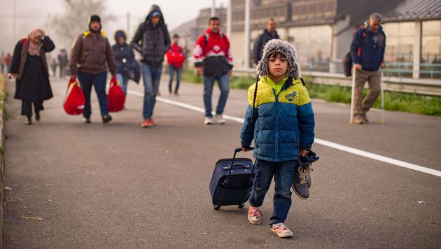 Polizei nimmt Flüchtlingskindern Handys ab (Bild: AFP)