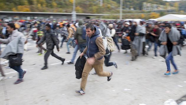 Krisen-Management versagt jetzt total! (Bild: APA/EPA/ERWIN SCHERIAU)