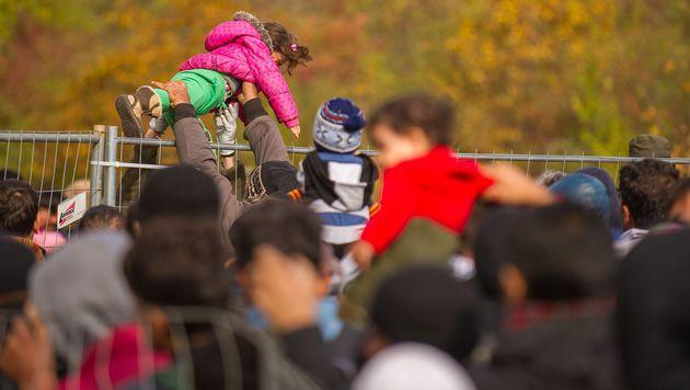 Flüchtlinge: Wilde Prügelszenen in Spielfeld (Bild: APA/EPA/GYORGY VARGA)