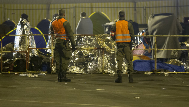 Bundesheersoldaten und Flüchtlinge am Grenzübergang Spielfeld (Bild: APA/ERWIN SCHERIAU)