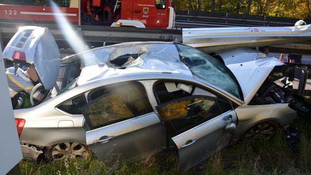 Bei dem Crash wurde auch ein Loch in das Dach des Wagens gerissen. (Bild: Einsatzdoku.at)