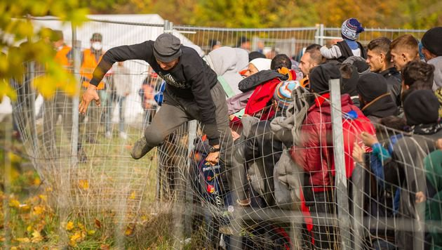Flüchtlinge kosten uns zwei Milliarden Euro (Bild: APA/AFP/Rene Gomolj)